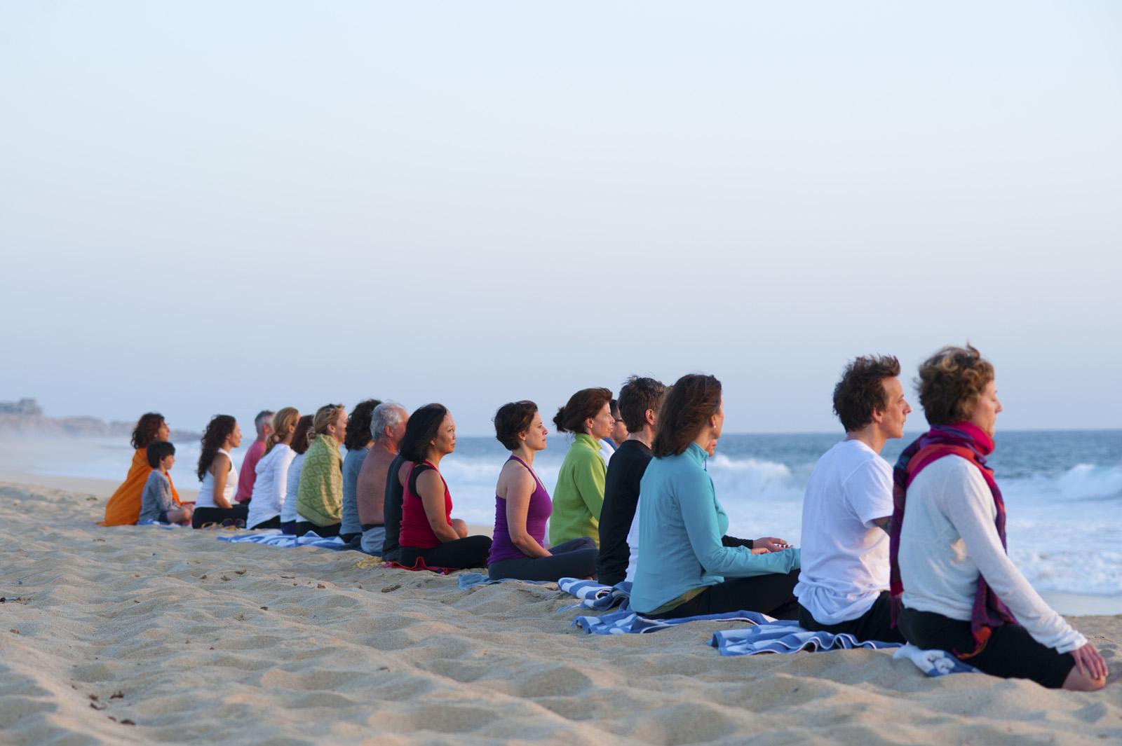 meditazione in gruppo sulla spiaggia